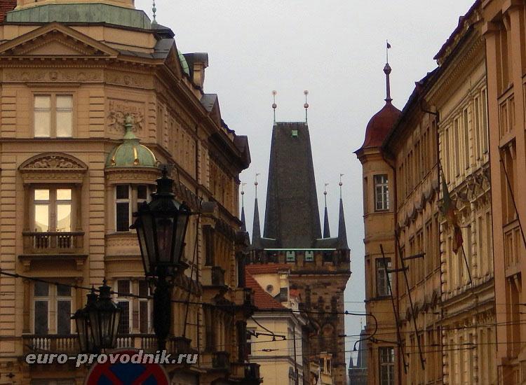Вид на готическую башню с Мостецкой улицы