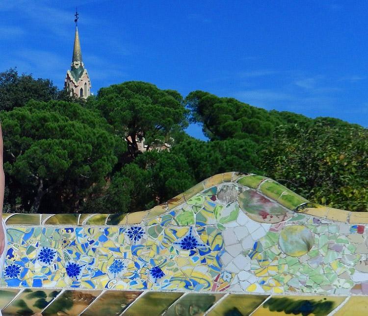 Парк Гуэль. Фрагмент скамьи и башня музея Гауди