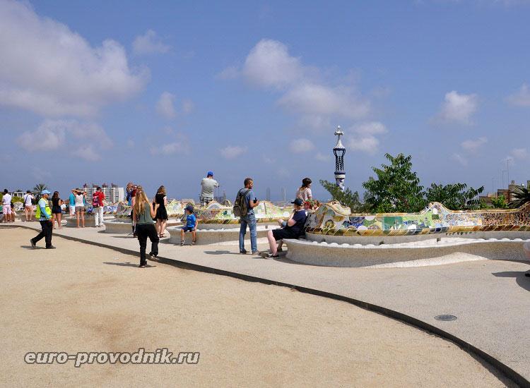 Площадь Природы с мозаичной скамьей в парке Гуэль
