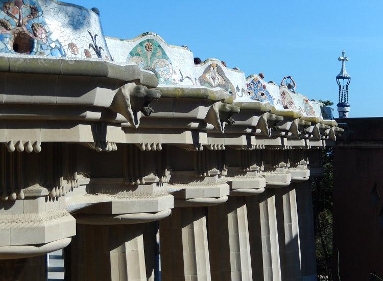 Парк Гуэль. Скамья над колоннами