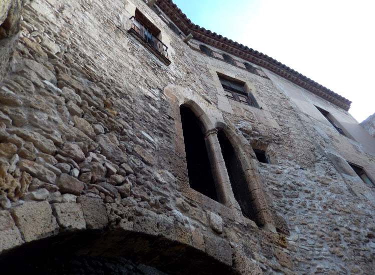 Площадь Пальол. Римские стены здания , дополненные средневековой готикой