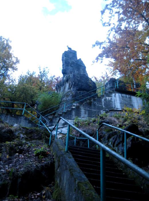 Вид на скалу, где установлена скульптура серны