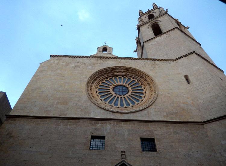 Окно-роза и колокольня собора