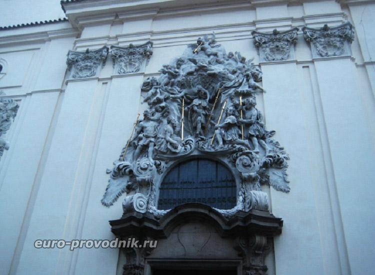 Рельеф на фасаде костела Св. Якуба