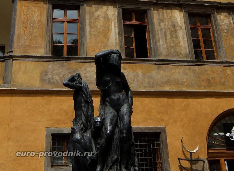 Скульптуры Тынского дворика