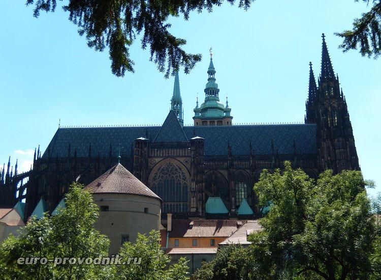 Вид из сада на собор Св. Вита