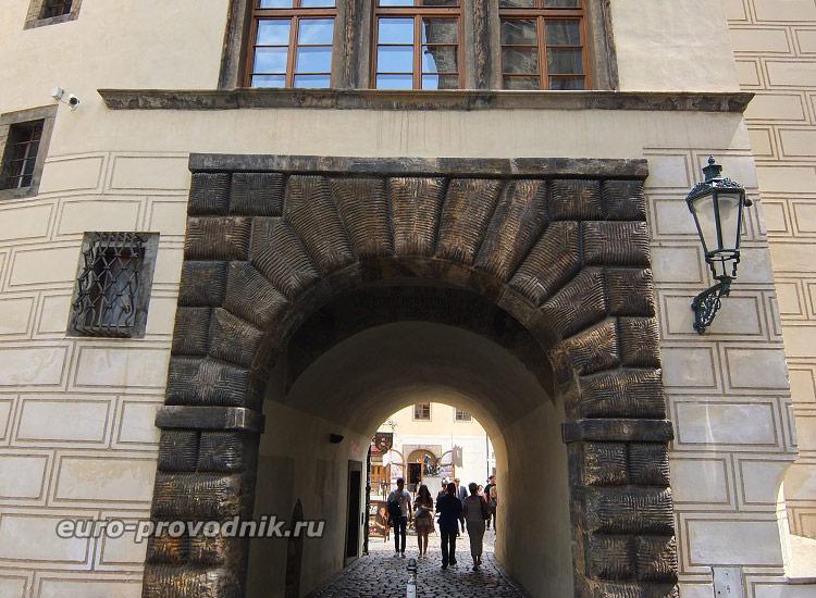 Вход в Тынский дворик