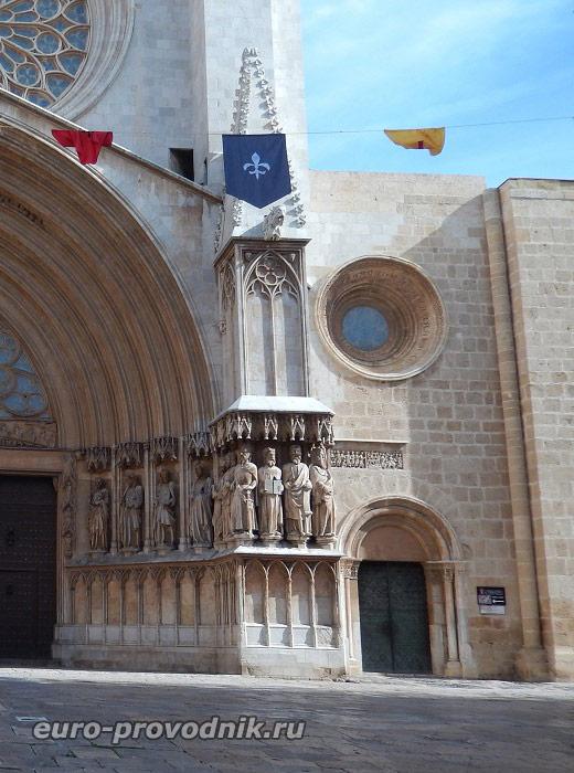 Романский портик собора Св. Теклы