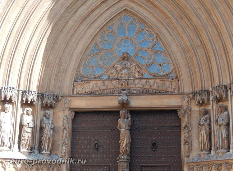 Тимпан собора Св. Теклы
