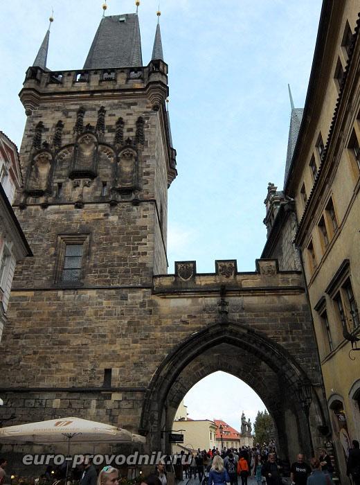 Готические ворота мостовых башен