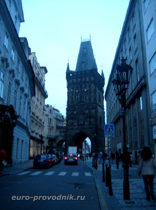 По улице Целетна к Пороховой башне