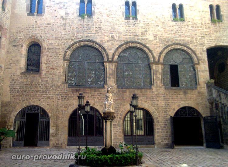 Закрытый дворик у кафедрального собора