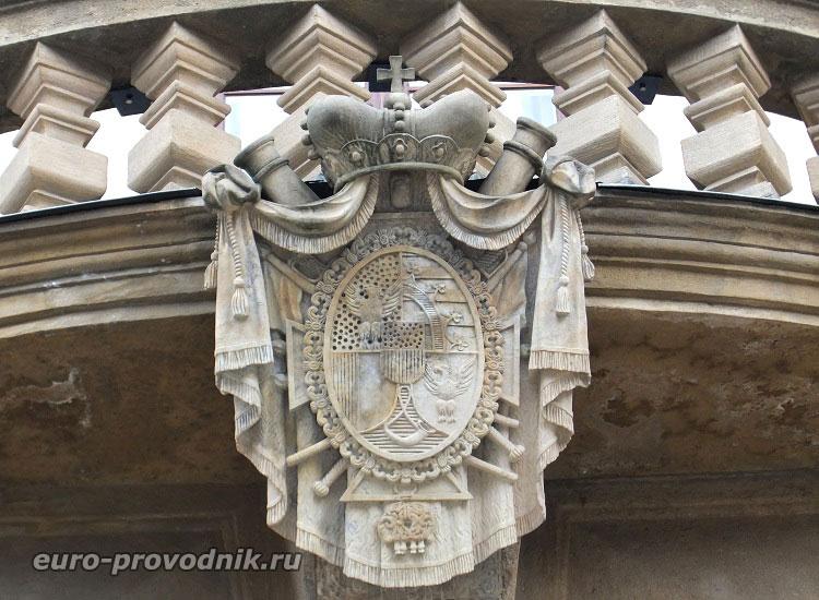Герб над входом в Лихтенштейнский дворец