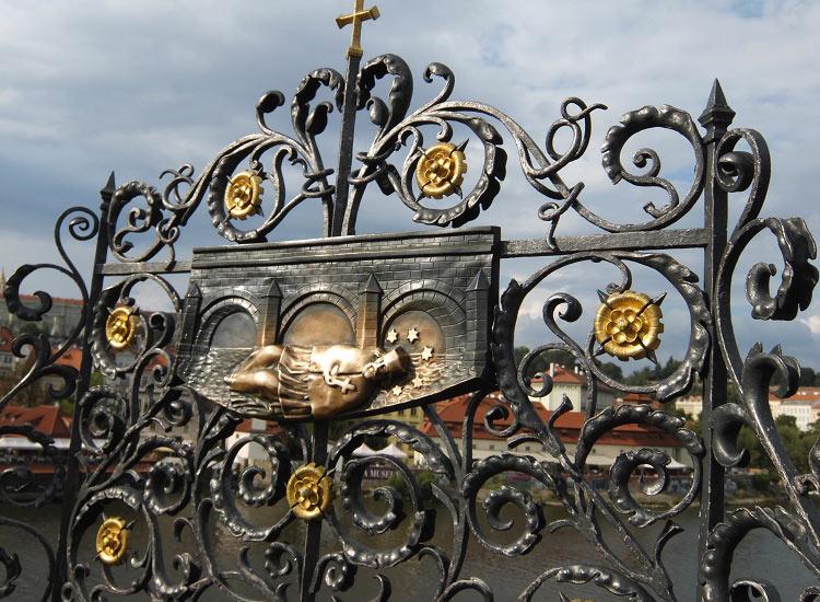 Кованая решетка в память о Яне Непомуцком