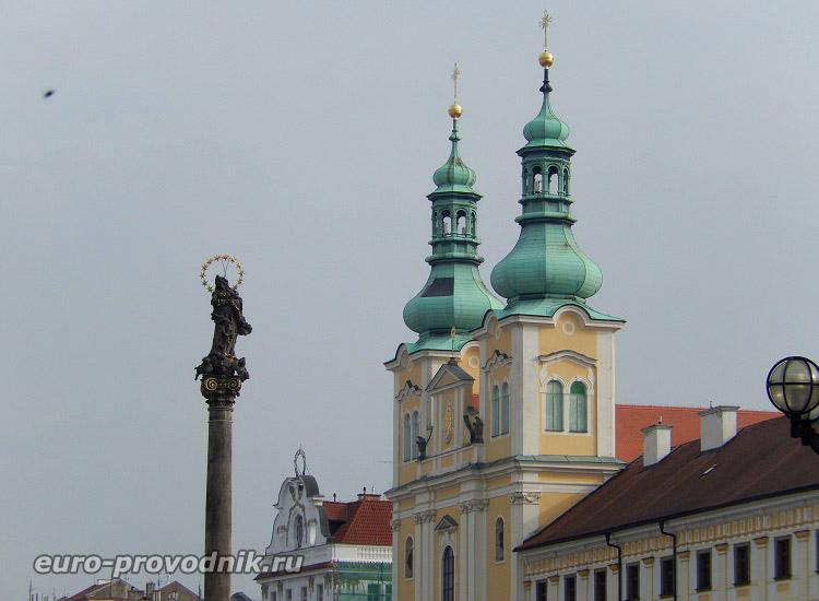 Скульптура Девы Марии и башни церкви Вознесения