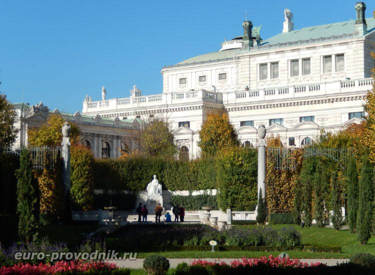 В глубине парка скульптура императрицы Елизаветы