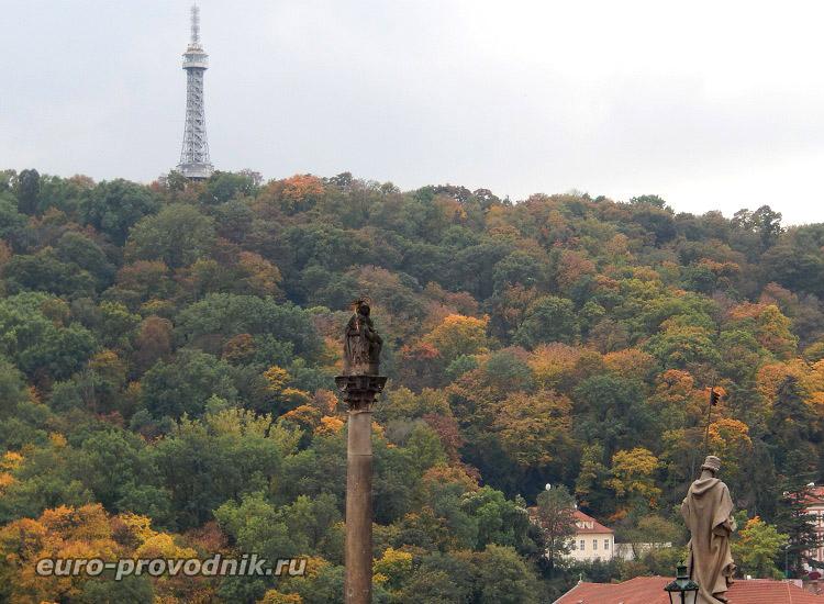 Вид на холм Петршин от Пражского Града