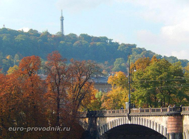 Вид на холм Петршин с набережной Масарика