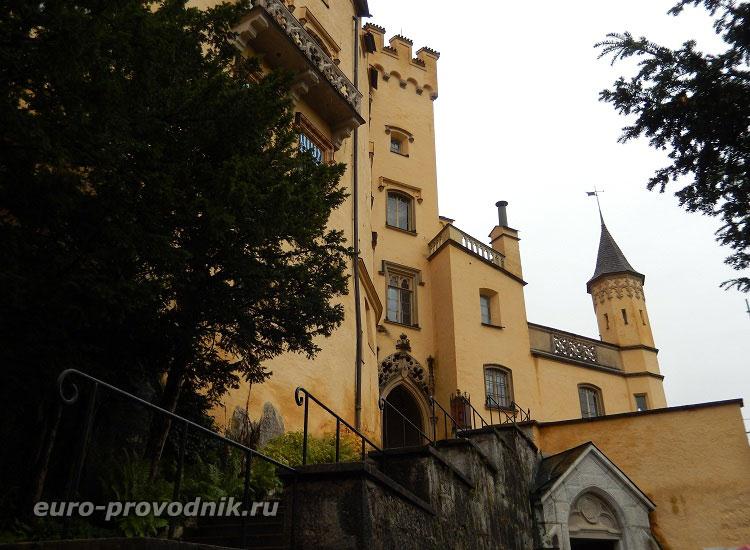 Вид со двора на замок