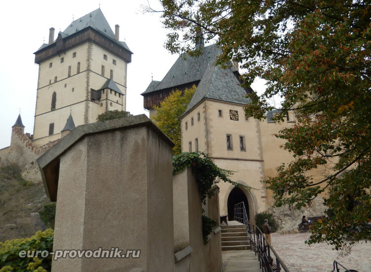 Вид со двора замка на главный вход в Карлштейн