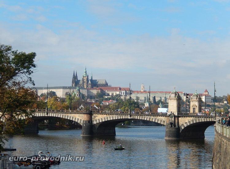 Вид с набережной Масарика на Пражский Град