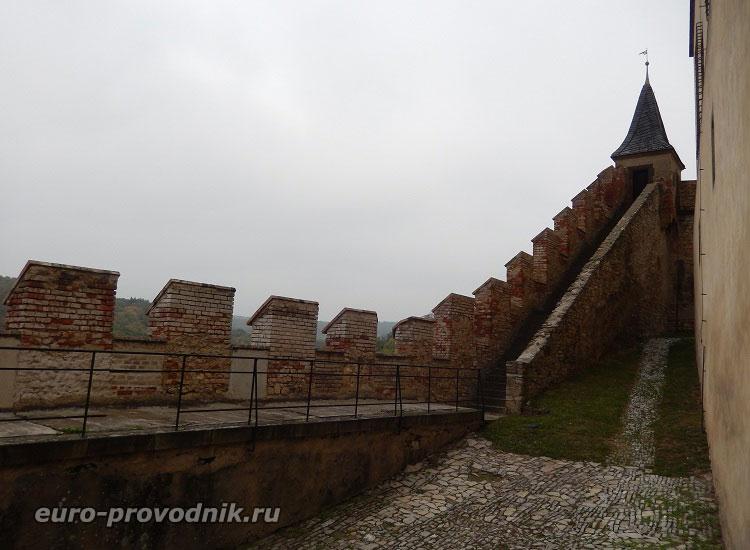 Верхний дворик у Высокой башни