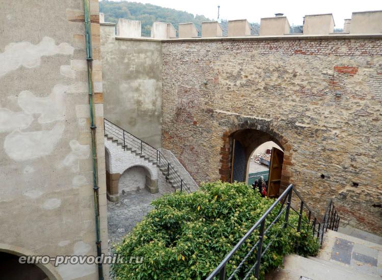 Внутренний нижний двор замка