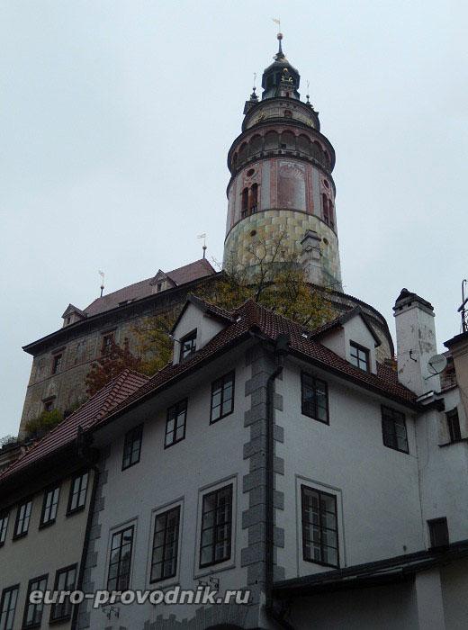 Вид на башню Малого Града с улицы Латран