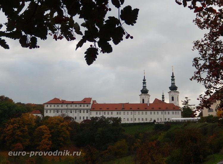 Вид на Страговский монастырь с улицы Увоз