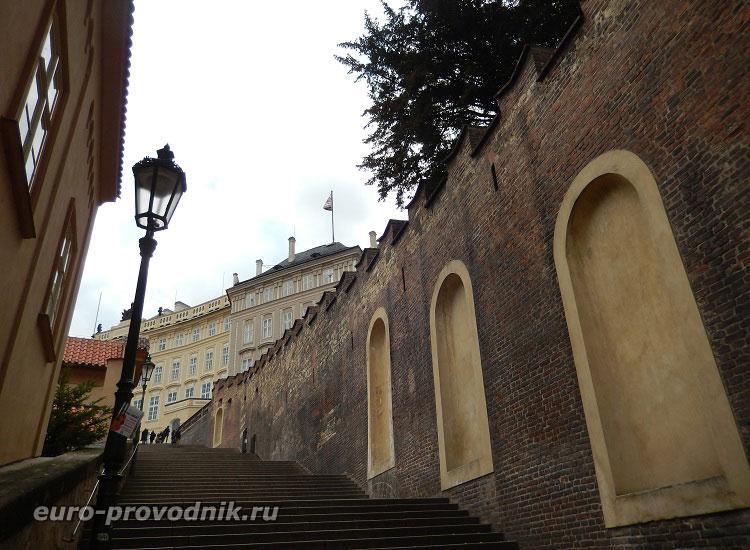 Замковая лестница у стен Пражского Града