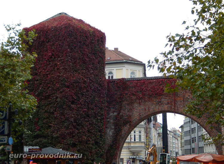 Центральная арка ворот Зендлингер Тор