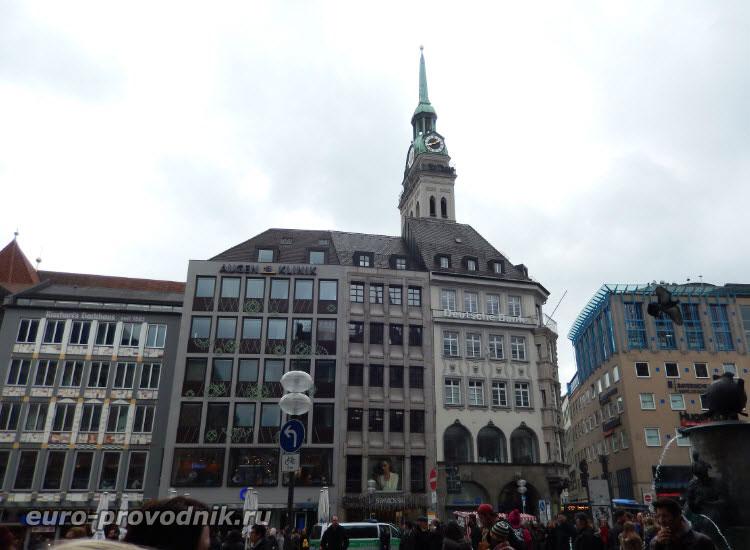 Вид с площади Мариенплац на башню Св. Петра