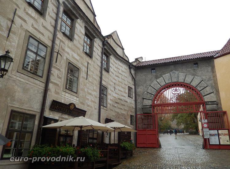 Красные ворота замка