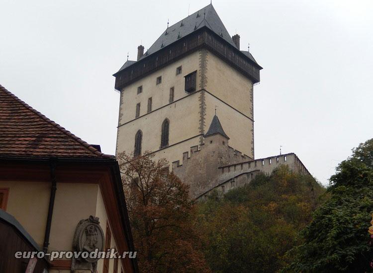 Вид на башню Высокая замка Карлштейн