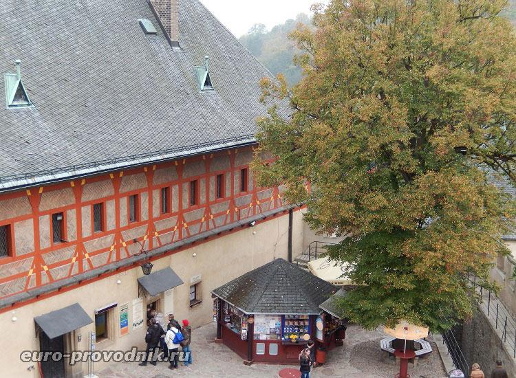 Двор замка Карлштейн. Билетная касса