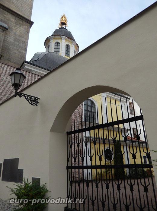 Двор часовни Святого Климента