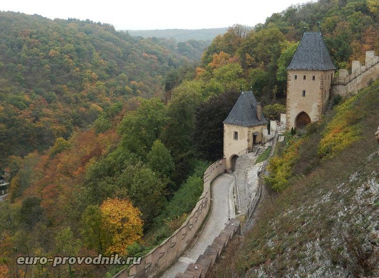 Вид сверху на дорогу в крепости Карлштейн