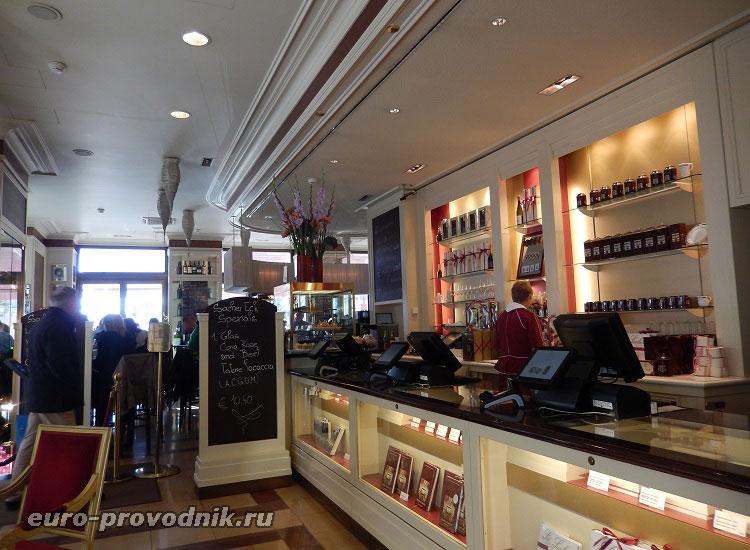 Переход в кафе Захер из зала магазина