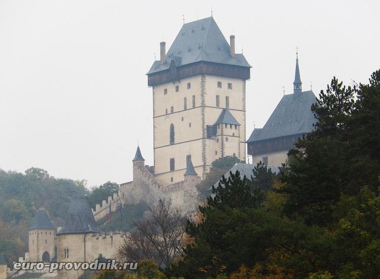 Замок Карлштейн в утренней дымке