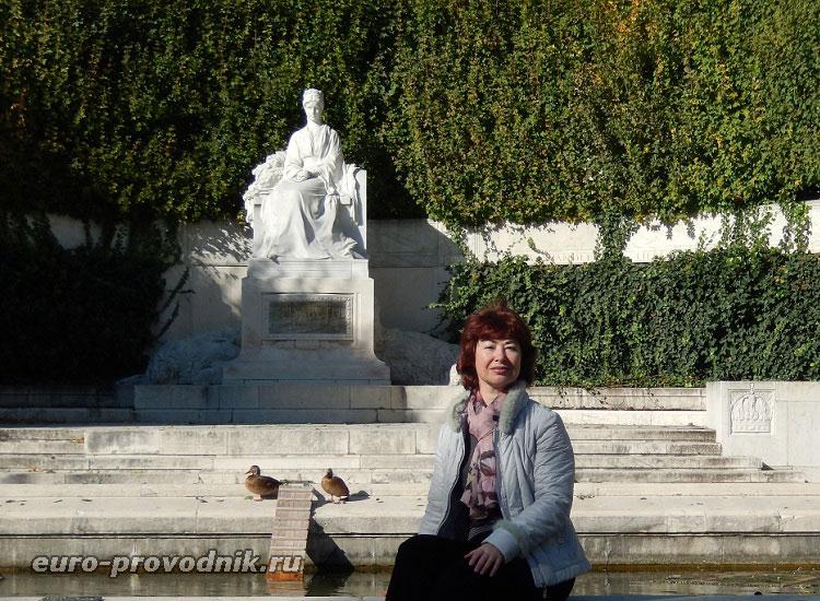 У монумента Елизаветы Австрийской