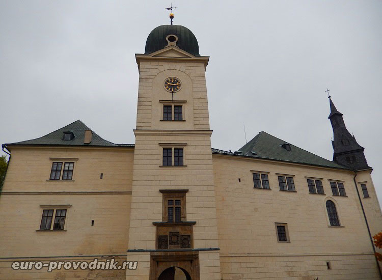 Фасад замка Грубый Рогозец