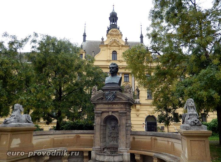 Скульптуры Карловой площади