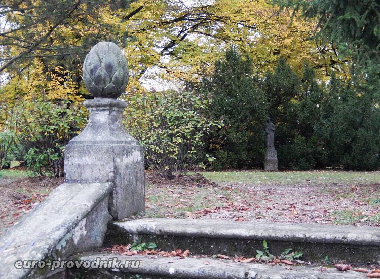 В парке замка Грубый Рогозец