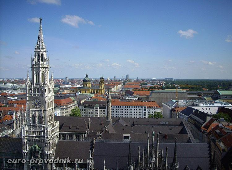 Новая ратуша с высоты башни собора Св. Петра