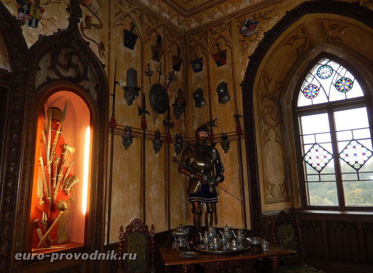 Рыцарский уголок псевдоготической столовой замка