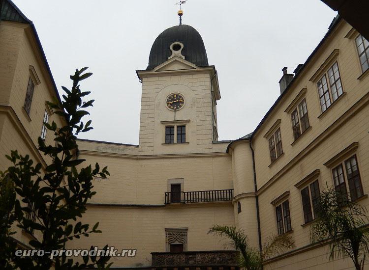 Вид замка с центра двора