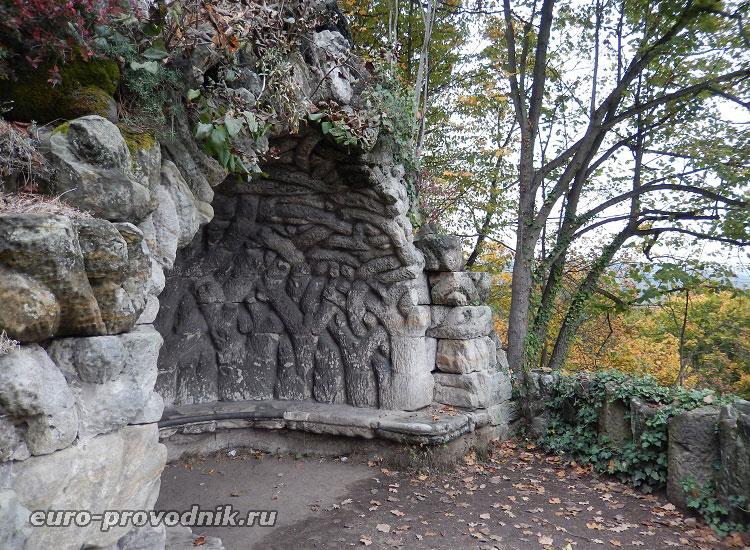 Грот в замковом парке