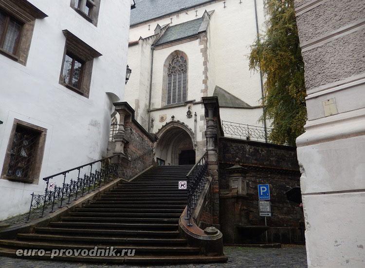 Лестница, ведущая в костел Святого Вита