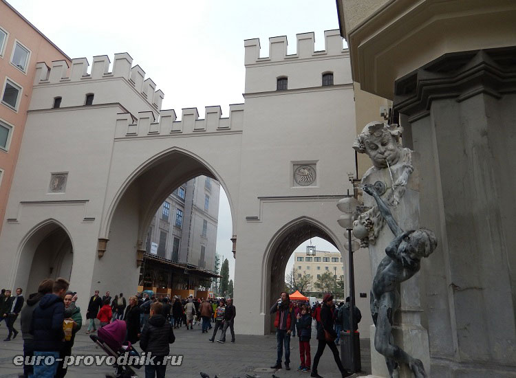 Ворота Карлстор и фонтан Brunnenbuberl