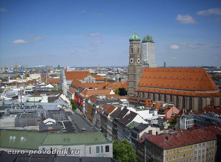 Вид на собор Богородицы и на пешеходную зону в центре Мюнхена